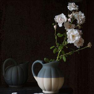 pot de fleur et pichet d'eau en grès naturel de couleur orage fabriqué à digoin dans les atelier de la manufacture