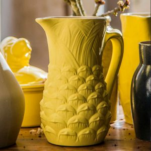 Pichet ananas design en grès naturel jaune moutarde de la manufacture de Digoin