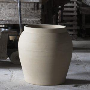 Jarre romaine fabriquée en France de couleur grès brut. Collection horticole de la Manufacture de Digoin