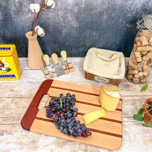 Planche à découper en bois exotique au couleurs naturel avec une anse, fabriqué en France
